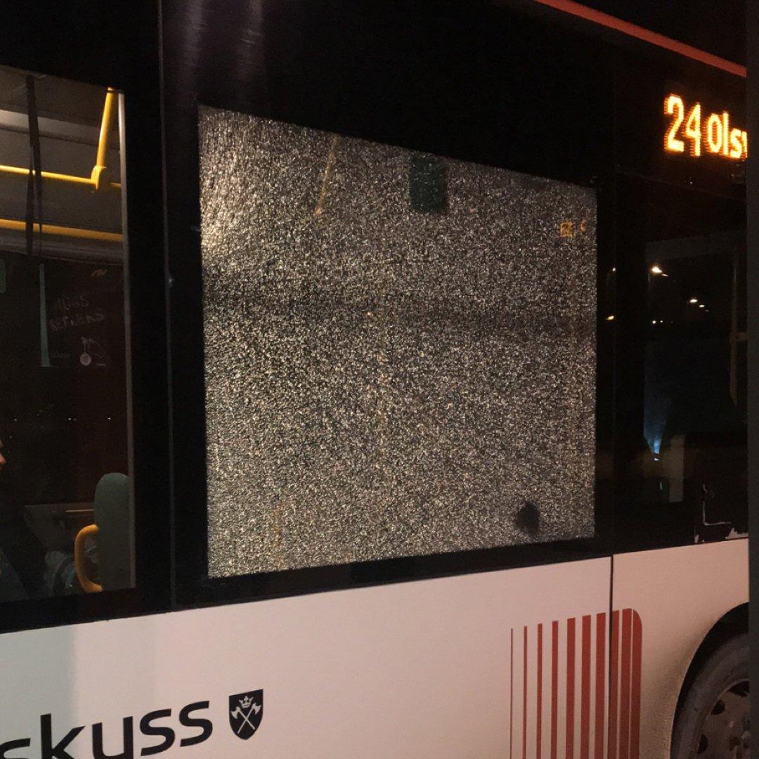 – Kastet stein på bussen