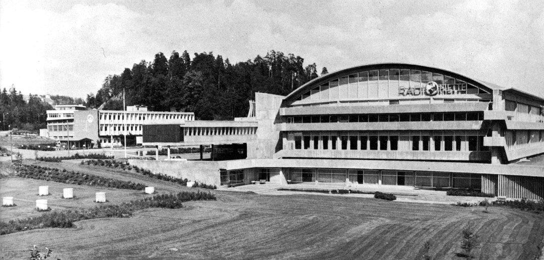 NOBELT NYBYGG: Radionettefabrikken i  Sandvika, mens den fremdeles var nettopp det og Sheraton-hotellet bare var en gressplen i forgrunnen. I bakgrunnen er Defa-bygget foran Kjørbokollen.