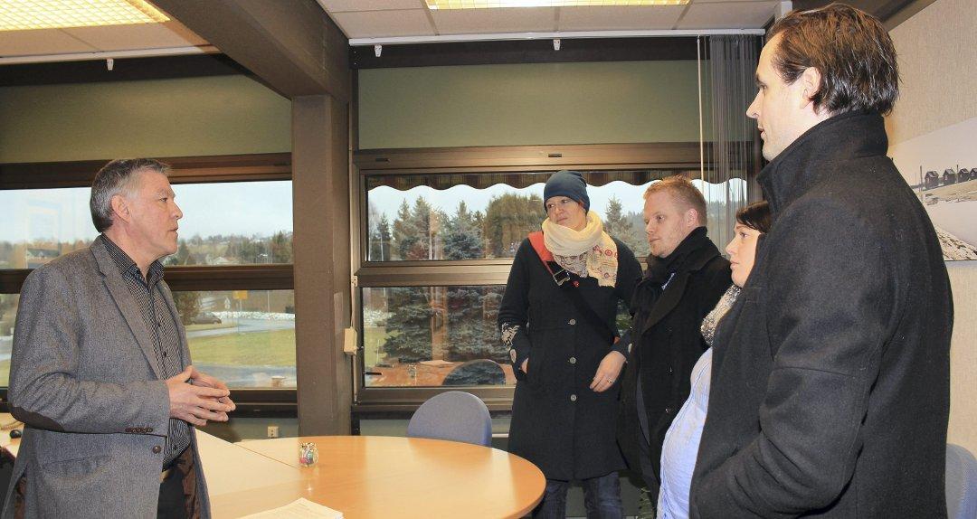 Stort engasjement: Berit Hessel, Åshild Sanderlin Gabrielsen, Jonas Winje og Gaute Brunovskis leverte mandag underskriftskampanjen på over 800 underskrifter til ordføreren i Fet. FOTO: Linda Ingier
