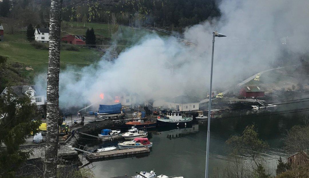 Brann i uthus har spredd seg til bolighus