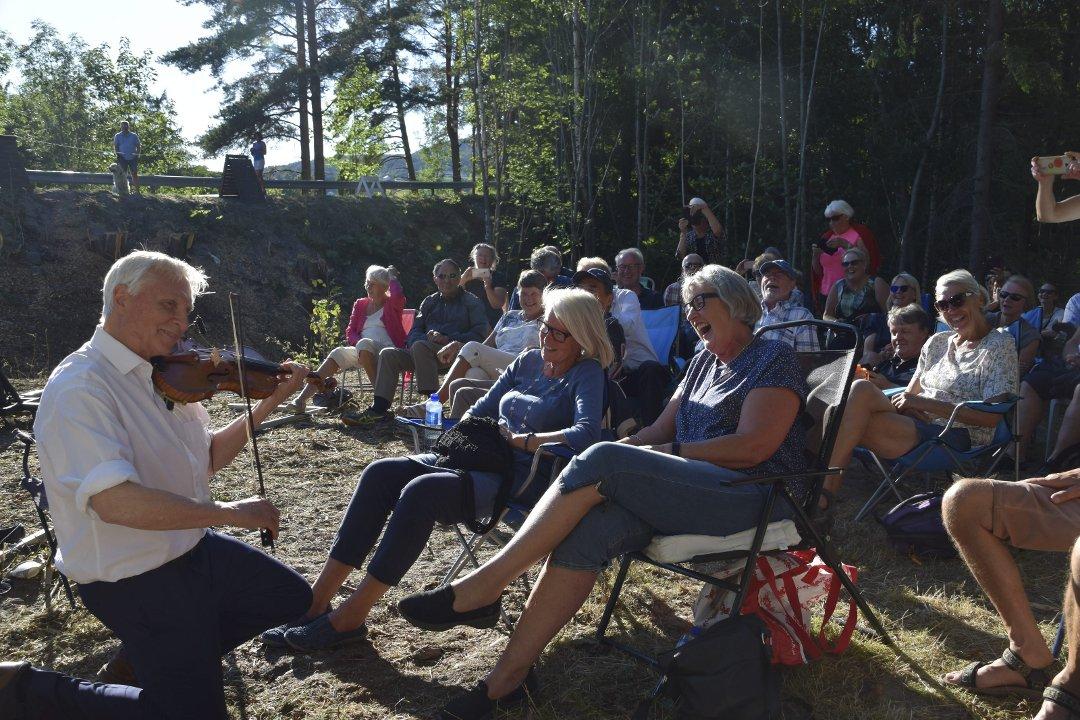 PÅ KNE: Arve Tellefsen gikk ned på kne, spilte og sjarmerte. Den første Myllargutfestivalen ble en stor suksess med 250–300 som kom på en kveld hvor Landskappleiken pågår og TV var i Sommarland.