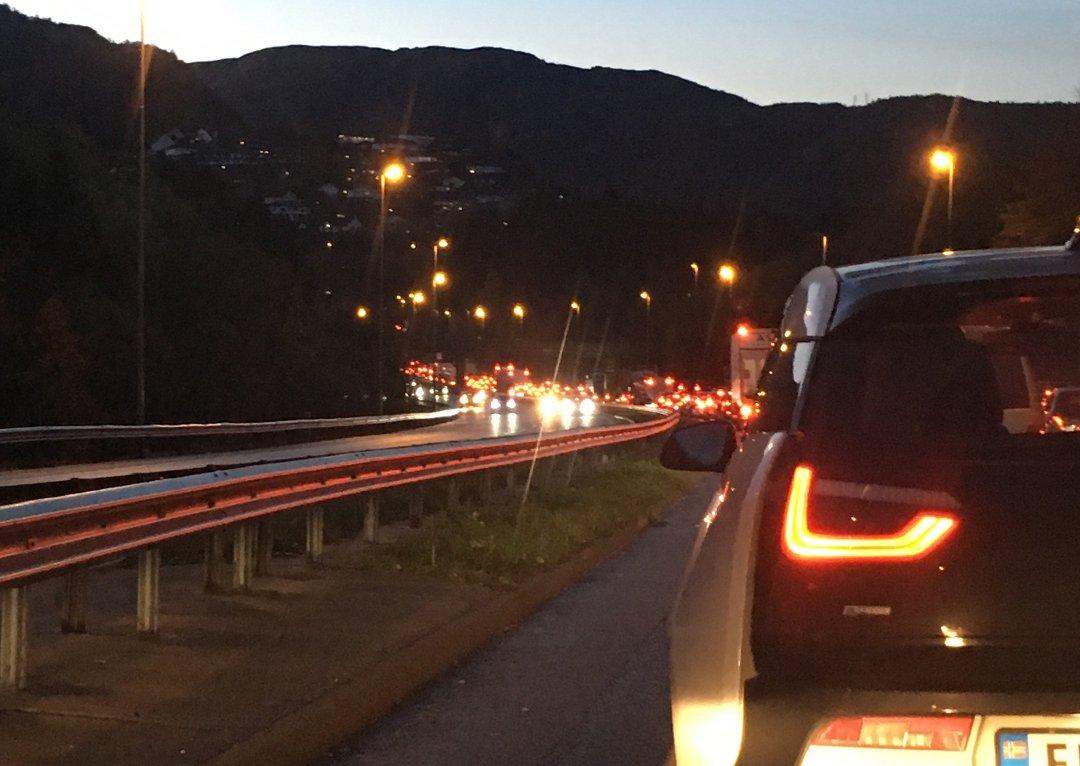 Kø i Eidsvåg etter at bil mistet hjul