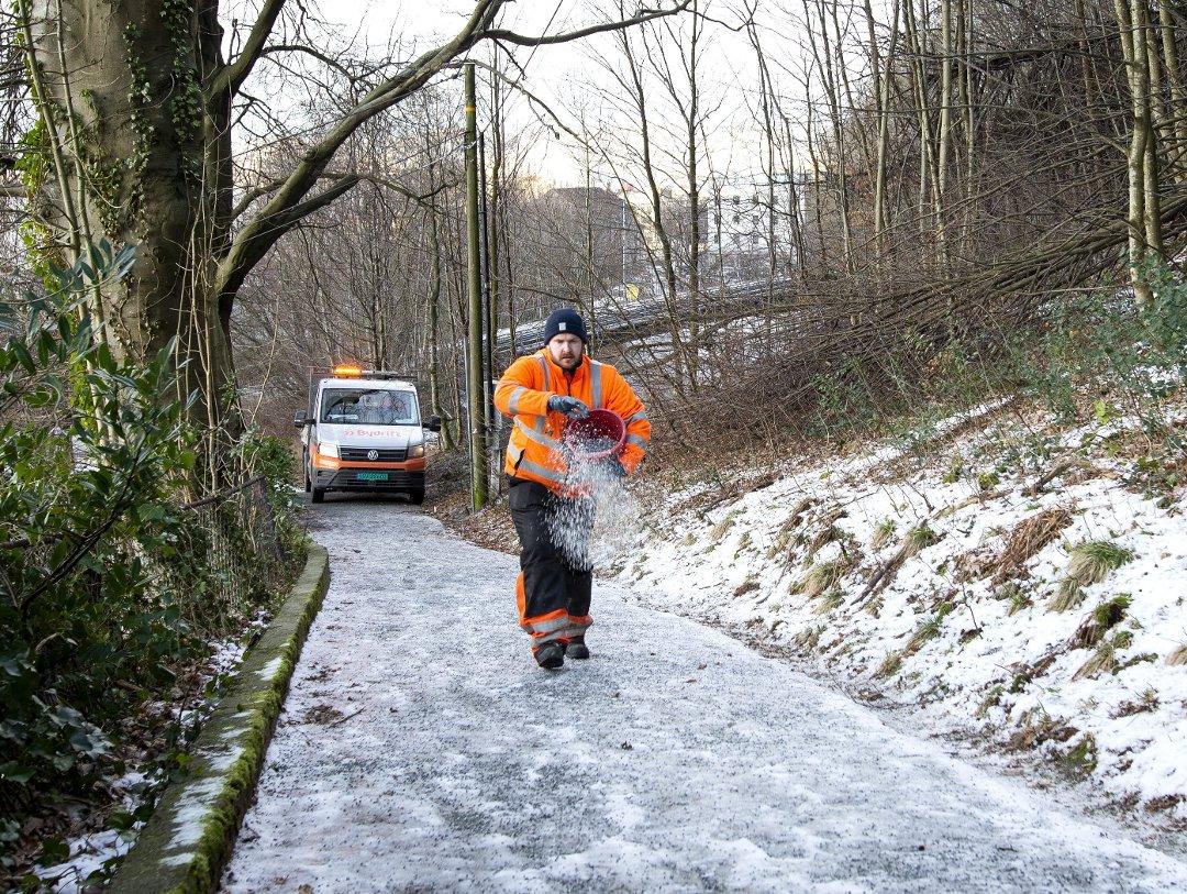 Det har vinteren gjennom vært brukt den mer miljøriktige strøblandingen i gater, på fortau og som her, på gang og sykkelveier. (Foto: ANDERS KJØLEN)