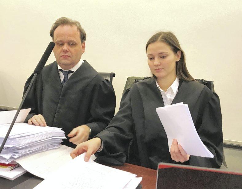 De tiltaltes forsvarere, advokatene Rolf Knudsen og Irmelin Skjold Lundøy i Bergen tingrett.
