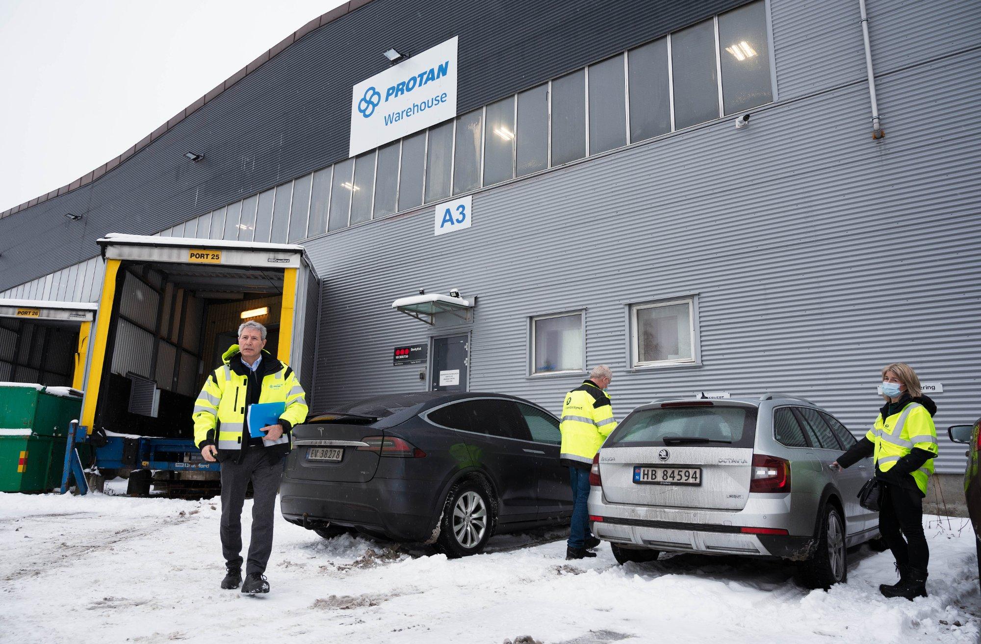 Arbeidstilsynet på befaring ved lageret til Protan på Lierstranda. Det var en arbeidsulykke der for en uke siden hvor en medarbeider i truck fikk en palle over seg.