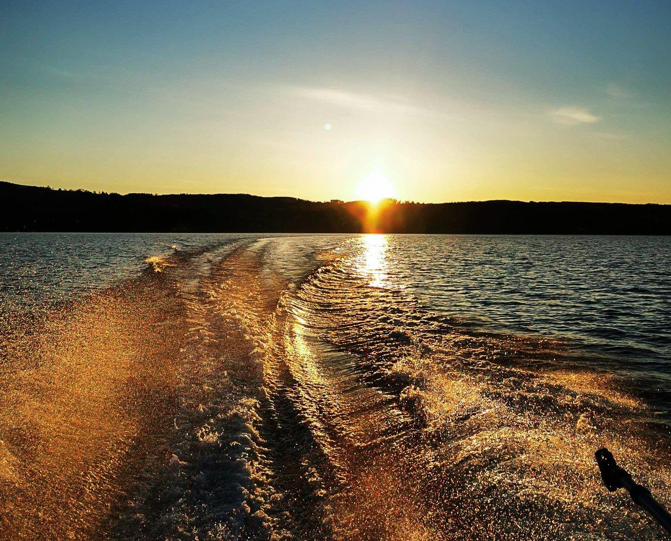 SOLNEDGANG: Fisket etter mjøsørreten byr også på mange naturopplevelser.
