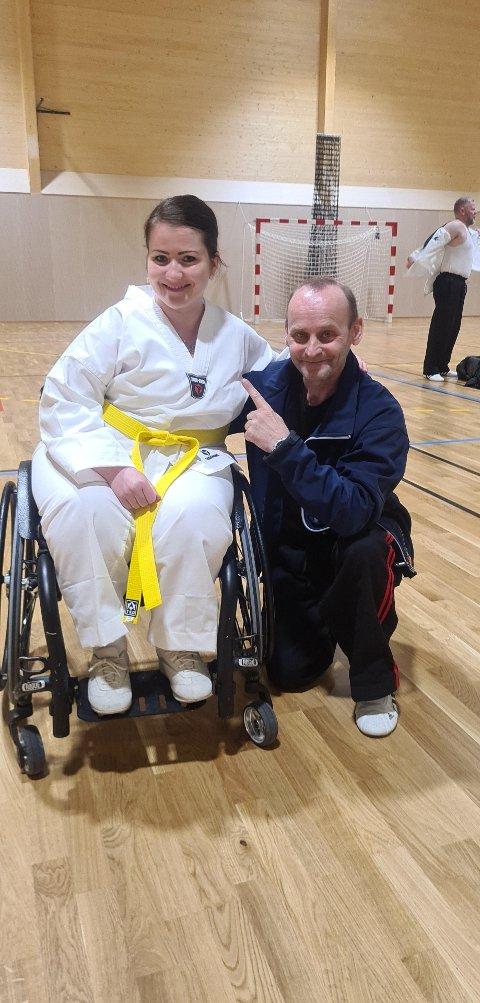 GODT SAMARBEID: Merete Mortensen sikret i helga gult belte i taekwondo, og tilskriver trener Eskild Hestø mye av æren. Nå sikter otterøyingen mot ny gradering.