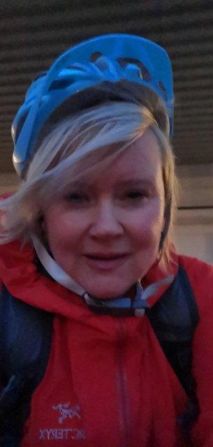 Synnøve Henden og sykkelen ble løftet opp av vinden på Norsundbrua mandag ettermiddag - og slengt i rekkverk. - Det gikk heldigvis bra med meg, sier Henden til Tidens Krav.