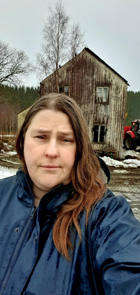 VURDERER FEIRING: Barbro Wold er nabo til det gamle butikklokalet i Formofoss, og forteller at bygget har skapt uro i nabolaget i over 20 år.  Hun forteller til NA at hun er svært glad for at bygget nå blir revet.