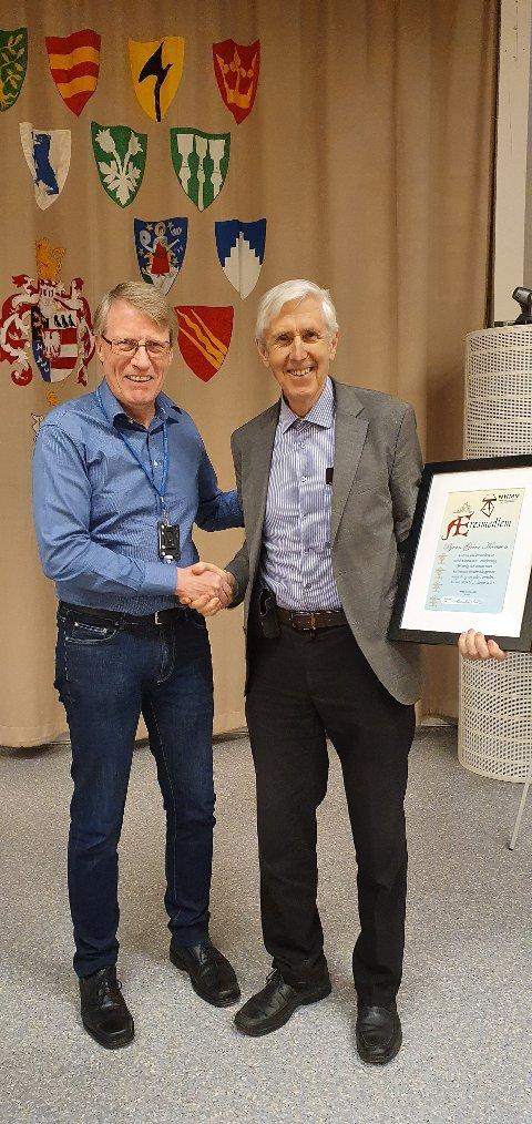 HEDRET: Bjørn Geirr Hansson (til høyre) ble hedret som æresmedlem. Her sammen med Karsten Lien.