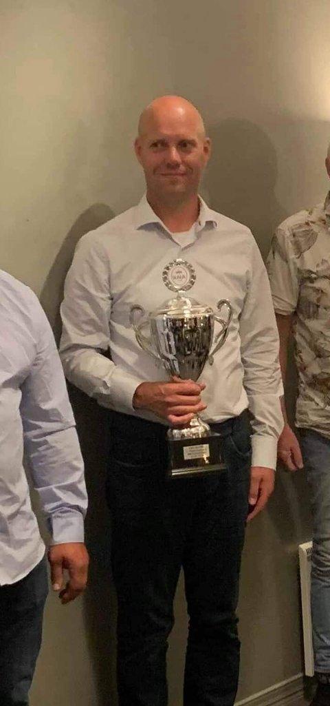 GLAD GULLGUTT: Jan Petter Haugland fra Setskog tok NM-gull i autoslalåm på Varna og var en lykkelig mann etter han mottok pokalen.