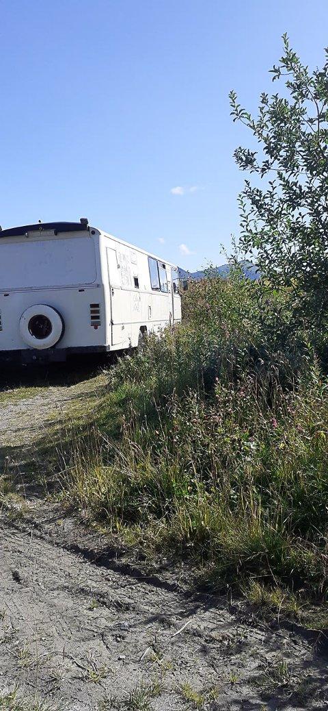 DUMPET: Denne bussen står dumpet på Arne Nikolaisens eiendom på Tussan.
