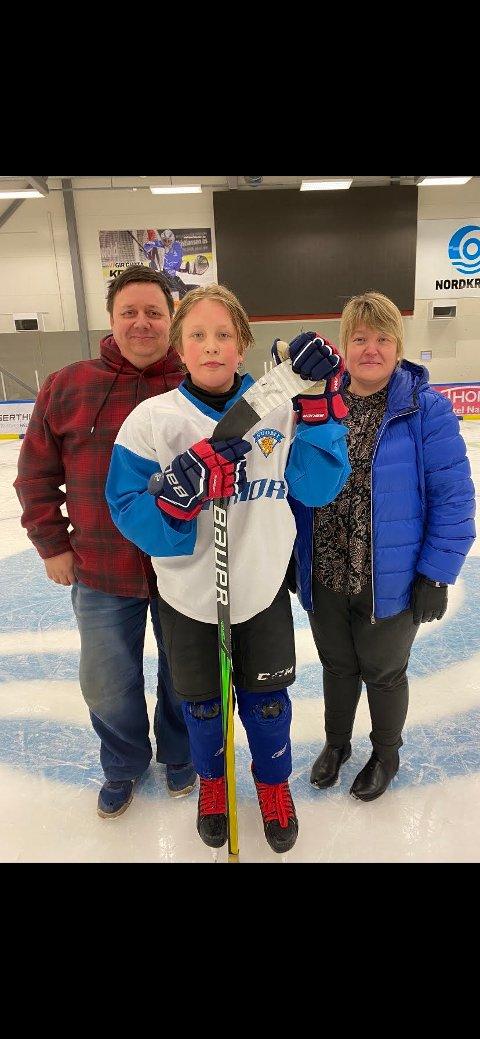 STILLER OPP: Pappa Svenn-Yngvar og mamma Lena bak sønnen Sivert Bangsund Pedersen. Familien kjørte vel 2000 kilometer for at 14-åringen skulle få spille ishockey i Narvik.