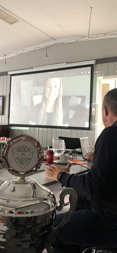 FIKK INNSATSPOKALEN: Karoline Røstad deltok på årsmøtet via videolink. Skihopperen mottok Skogn ILs innsatspokal.