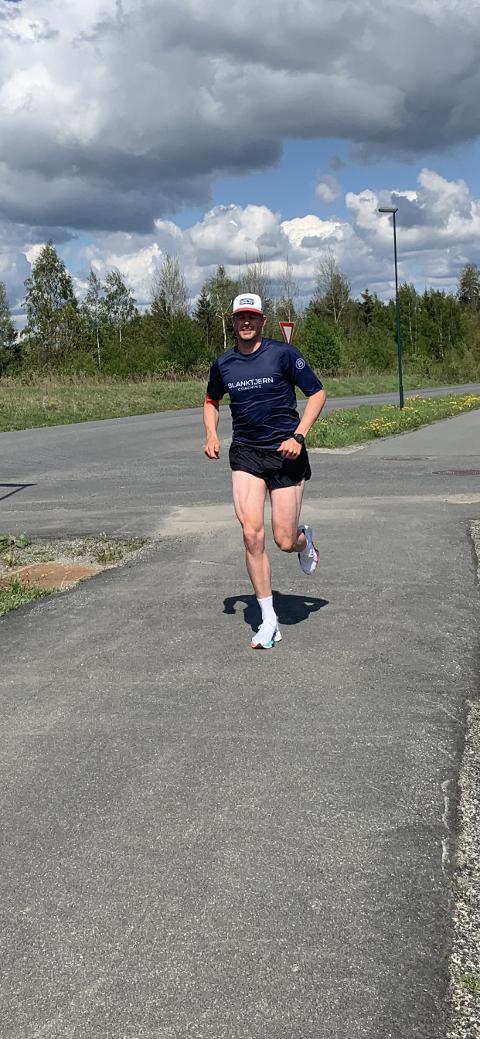 TRENER MOT TRIATLON: Marius Johansen (25) trener fremdeles mot deltagelse i et av verdens tøffeste triatlonkonkurranser i august i år.