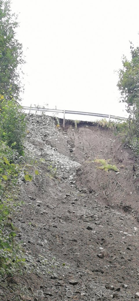 Etter observasjoner av Sivert Ulven Løkkesveen henger autovernet og asfalten løst i luften. - Det kan få fatale konsekvenser, mener han.