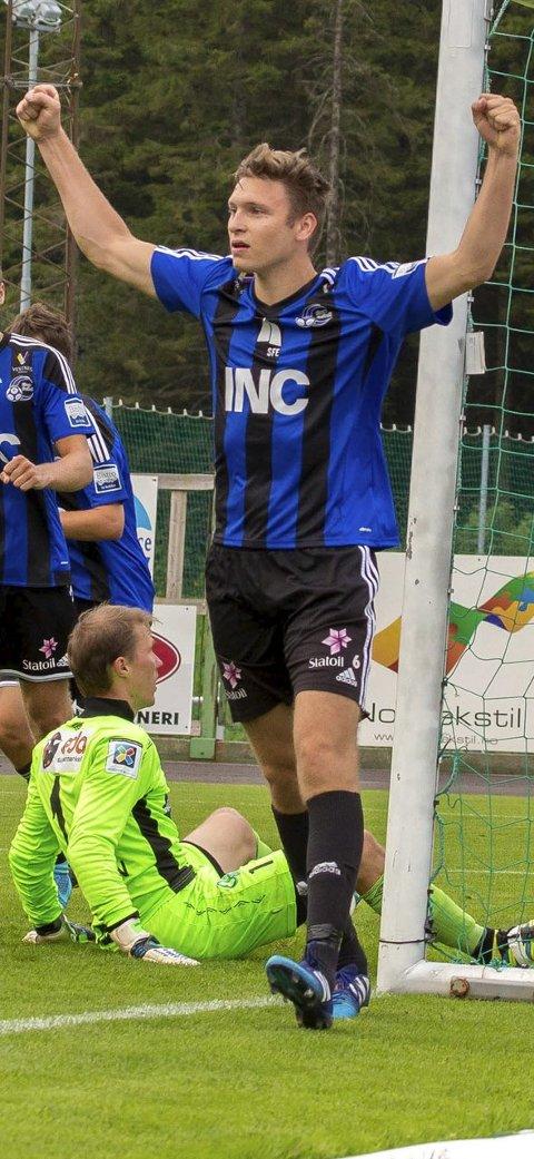 SJEF: Midtstopparen Runar Hove tok ansvar då Florø såg ut til å gå på sesongen første heimetap.  Begge foto: Cecilia Molander/ Molander Digital Produksjon