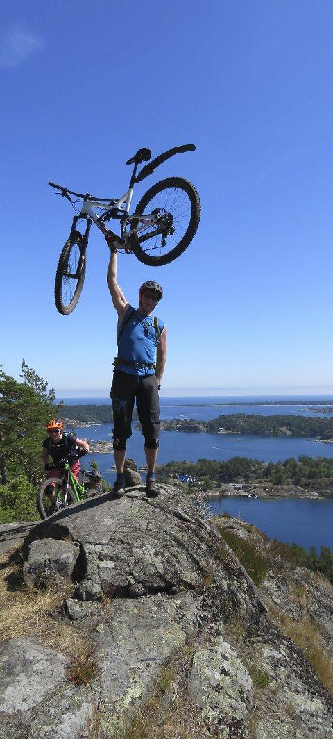 Utsikt: Are Wiberg med den flotte utsikten over skjærgården fra Gumøytoppen øst.Foto: Gunn Albertsen