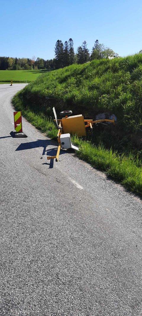 Tyveri: Slik så det ut i helgen da noen hadde stjålet lystavlen og gjort hærverk på lysmasten langs Strømfossveien.