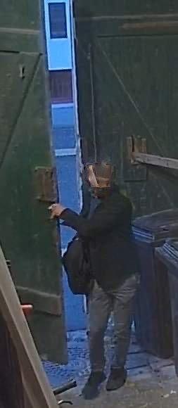 FILMET TYVERI: Denne mannen gikk nylig inn i portrommet i Violgata og stjal en elsykkel som var låst fast. Et overvåkningskamera filmet det hele.