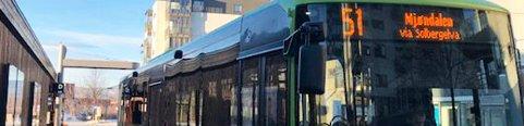 Elektrisk: Rute 51 fra Drammen til Mjøndalen skal trafikkeres av elektriske busser som kommer til byen mandag. Her fra plattform D på rutebilstasjonen på Strømsø, der man se ladegalgen i bakgrunn.