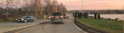 VELTET: En bil veltet, trolig etter å ha kommet i kontakt med en kantstein, ved Stangebrua torsdag ettermiddag.