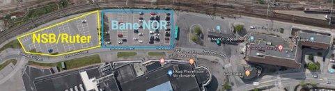 Disse parkeringsplassene blir stengt. Illustrasjon: Google/Bane Nor