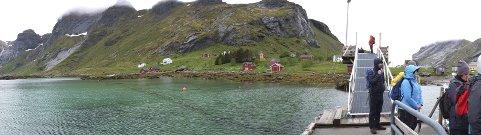 Vi går om bord: Båten har lagt til i Vindstad, og passasjerene strømmer om bord.aLLE FOTO: hUGO jOHANSEN