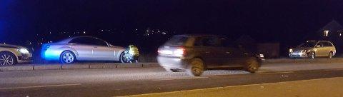 I SAMME KJØREBANE: Her står de to bilene i samme kjørebane. Politiet studerer skadene på bilen som har havnet på feil side av midtrabatten.