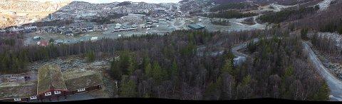 HER KOMMER 10 HYTTER: I dette området, mellom Narvikhytta til venstre i bildet, og veien som fører opp til fjells, til høyre i bildet, skal Leif Kristian og Marthe Nestvold-Haugen føre opp 10 hytter for salg.