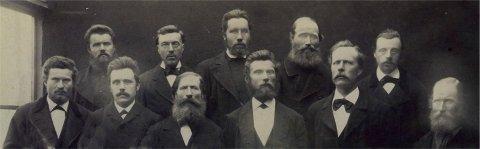 GAMLE SANGERE: Her er et bilde fra noen av medlemmene fra koret før 1905. Dessverre har vi ikke navn på alle sammen, men forman Petter Isaksen er helt til venstre første rekke, Johannes Hamborg nr to fra venstre i andre rekke.