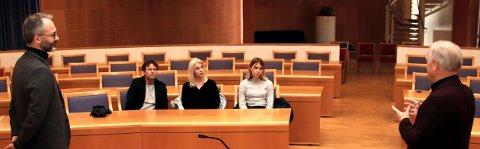 FORKLARTE KRITERIENE: Pål Jørgensen (t.h.), leder av Rotarys komité for realfagsprisen, redegjorde for priskriteriene for vinner Isabelle Maria Damhaug og hennes familie under uytdelingen. Lillestrøm-ordfører Jørgen Vik til venstre.