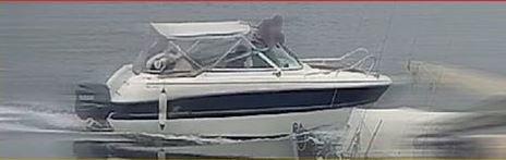 Her er tyven fanget på video på vei ut fra båthavna i Manstad i båten som er stjålet. Eieren vet fortsatt ikke hvor den er.