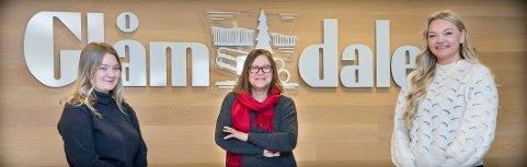 MØT VÅRE NYE MEDARBEIDERE: Hanna Taugbøl (22) (t.v.) og Frida Saxrud (24) (t.h.) er nye ansikter i Glåmdalens redaksjon. Mens Kari Gjerstadberget (58), i midten, har fått utvidet sin deltidsstilling til full stilling.