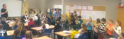 Konsert: Fjerdeklassekorpset til 4A i gang med å underholde i et av klasserommene på Nord-Aurdal barneskole. Til venstre ser vi Bjørn Magne Nyhagen og i døra står Birgitta Eraker.