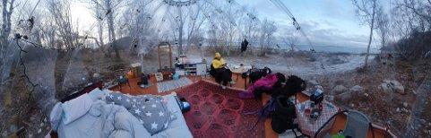 Natt til fredag sov Johansen og samboeren Tommy Sandberg (42) ute i en dome i idylliske omgivelser i «Følvika Eye» på Sandhornøya i Gildeskål. En overnatting de ikke vil glemme med det første. Foto: Privat