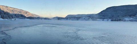 IKKE REKORDSEIN IS: Også tidligere vintre har det runda nytt år før isen har lagt seg på Strandefjorden. Bildet er tatt fra Tingnesodden og viser Førsøddin i bakgrunnen.