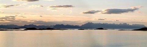 ETTERTRAKTEDE FJELL: Lofoten tiltrekker seg flere hundre tusen turister årlig. De siste ti årene har 16 mennesker omkommet i fjellene. Lofotveggen er her avbildet fra Engeløya i Steigen.