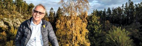 HAR KLAGET: Knut Glenna har lenge kjempet imot planene for Sandskjæråsen. Utbyggingsområdet ligger rett bak ham. Men fylkesmannen har ikke gitt ham medhold.