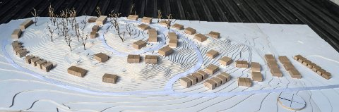 MODELl: Slik tenker utbyggeren seg en blanding av eneboliger, tomannsboliger og annen lav småhusbebyggelse i åsen på Unneberg. Modellen viser området fra sør, med den påtenkte nye adkomstveien i forgrunnen.