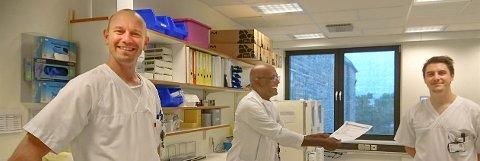 LIS-lege Ingemar Pedersen (th.) ble den første legen på Helgeland som rekvirerte, fikk det første negative svaret og på denne måten frigjorte isolat for pasienten. Bioingeniør Daniel Anesen og avdelingsleder Mohamed Ziedoy.