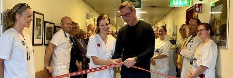 Kreftkoordinator Silje Løver Aukrust og Klinikkdirektør Stein-Are Agledal klipper snoren