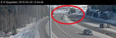 KØENE VOKSER: Trafikken står langt forbi Hvam og opp mot Djupdalstoppen.