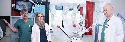 ROBOTKIRURGI: Seksjonslederne Per Olav Dale (til venstre), Karin Agnethe Semb og Stein Øverby gleder seg over at Sykehuset i Vestfold kan ta i bruk robotkirurgi.