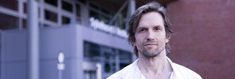 KORONA: Overlege Asgeir Johannessen ved Sykehuset i Vestfold er en av de norske legene i et internasjonalt studie, som skal finne covid-19 medisiner for bedre overlevelse.