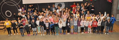 VELGER GRØNT: Flere Haukerød-klasser ble premiert for 100 prosent oppslutning på «Helt grønn skolevei». Her er de sammen med Bjørn Ole Gleditsch og Ole Jakob Hansen.