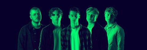 Ungdommane i Revolt blir for tida omtalt som eitt av landets beste tenåringsband, og har spelt på fleire festivalar. I kveld speler dei på Snikkeriet. (Pressefoto).