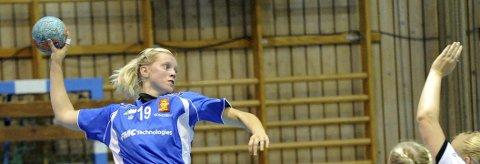 TOPPSCORER: Tonje Klevstad Saghaug (t.h.) scoret ti mål, da Skrim slo Hokksunds andrelag 29–28.  Oppsal – Skrim