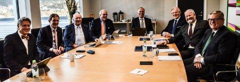 MENN: Åtte menn utgjør Jotun-styret, f.v. Per Kristian Aagaard, Peter Ruzicka, Birger Amundsen, Einar Abrahamsen, Odd Gleditsch d.y., Richard Arnesen, Nicolai Andreas Eger og Terje Andersen.