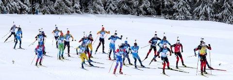 GIKK BRA: erlend Øvereng Bjøntegaard med startnummer 22 (bak i feltet) ble til slutt nummer seks på fellesstarten i Anterselva. Johannes Thingnes Bø, som vant, er i tet. FOTO: AP Photo/Matthias Schrader